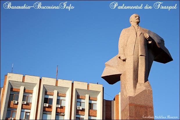 Statuia lui Lenin si Parlamentul din Tiraspol, Transnistria. CRI