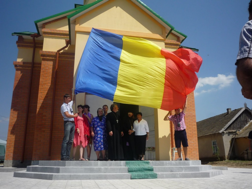 Români în fața bisericii românești din Hagi Curda - Sudul Istoric al Basarabiei sursa foto : www.hagi-curda.blogspot.com