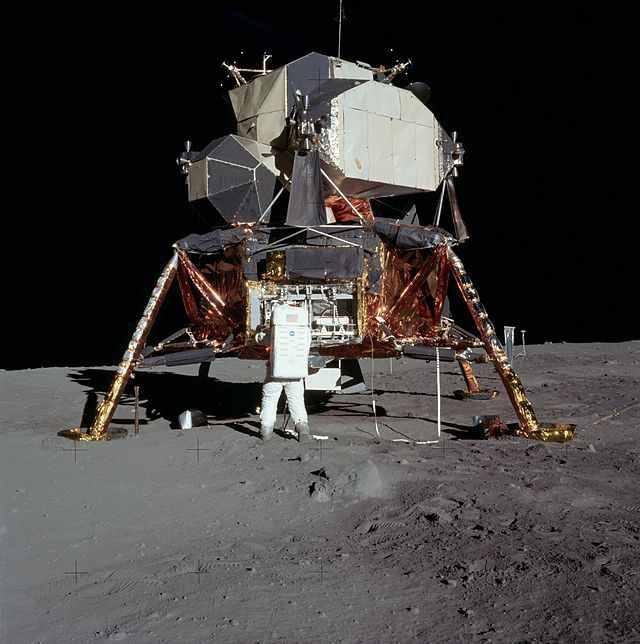 Buzz Aldrin împachetează în modulul lunar Vulturul, experimentele făcute pe Lună.