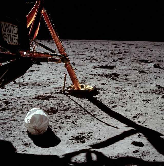 Prima fotografie, luate de Neil Armstrong pe Luna.