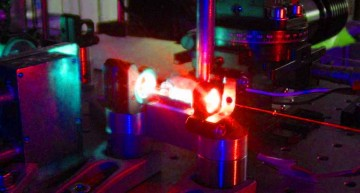 21 Octombrie 2014. România a inaugurat cel mai puternic laser din Europa și al doilea ca putere din lume. Cercetarea românească are de acum puterea de a străpunge barierele actuale ale științei