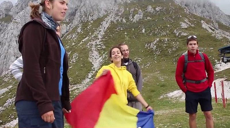 Sublim patriotism al tinerilor slovaci cu tricolor românesc pe culmile munților Tatra. HAI ROMÂNIA! Dedicație R.B.N. Press către toți românii, de ziua meciului cu Ungaria