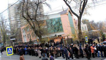 NO COMMENT! FOTO-VIDEO: ROMÂNII BASARABENI – stoicism în frig și îndelungă și interminabilă așteptare, pentru exercitarea dreptului la vot