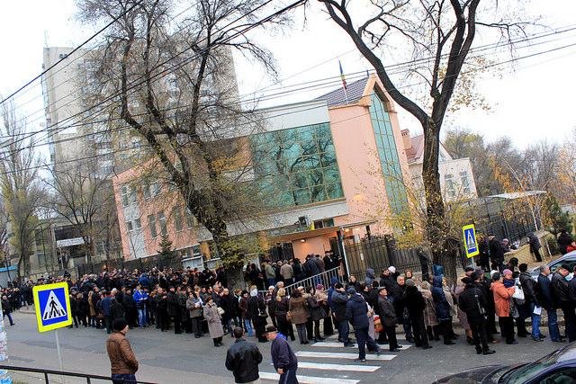 NO COMMENT! FOTO-VIDEO: ROMÂNII BASARABENI – stoicism în frig și îndelungă și interminabilă așteptare, pentru exercitarea dreptului la vot la Consulatul României din Chișinău. Turul al II-lea al alegerilor prezidențiale.16 noiembrie 2014