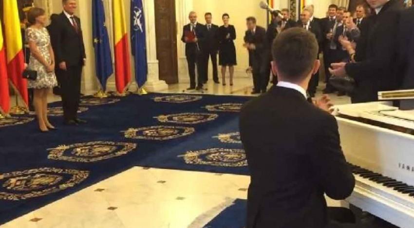 Valentin Astănculesei, cel care a cântat imnul României în gara din Amsterdam, invitatat de Klaus Iohannis la cinstirea a 25 de ani de la Revoluția română