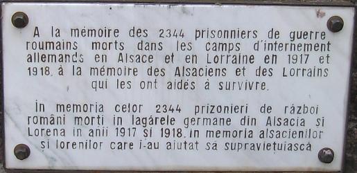 """""""În amintirea celor 2344 de prizonieri de război români morți în lagărele germane  de internare din Alsacia și din Lorena în (anii) 1917-1918. În amintirea Alsacienilor și Lorenilor care i-au ajutat să supraviețuiască""""."""