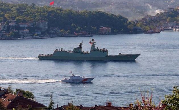 Fregata chinză 547 Linyi trecând prin strâmtoarea Bosfor