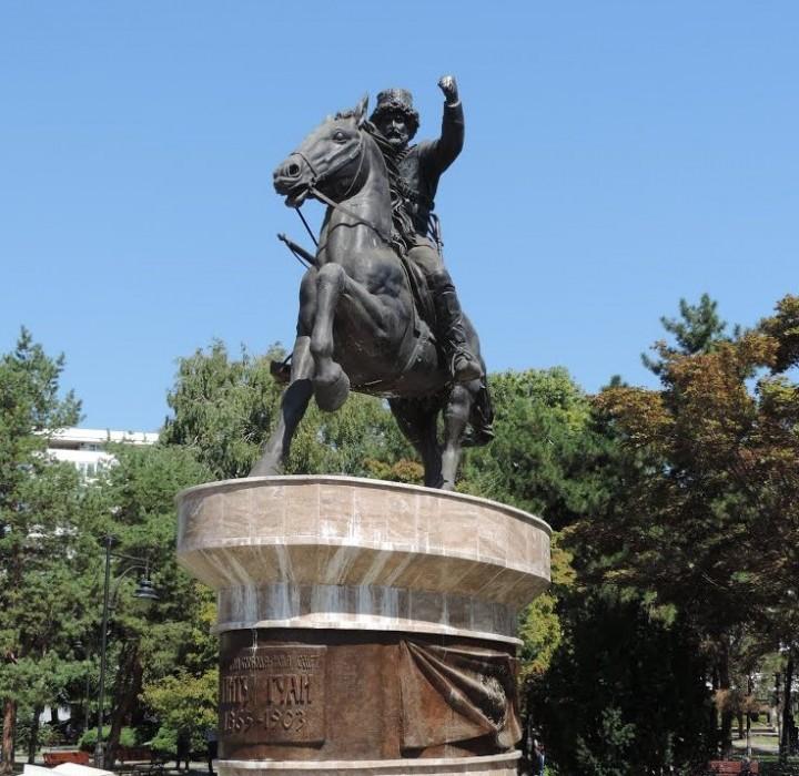 Statuie a lui Pitu Guli în Macedonia