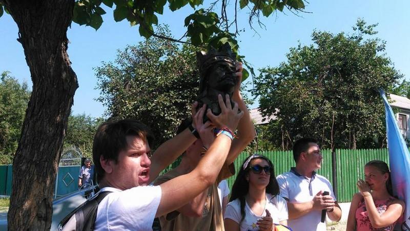 La Călăraș (R. Moldova) tinerii din marșul unionist au primit în dar din partea comunei un bust al lui Ștefan cel Mare, pentru a fi adus la București