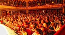 Dor de teatrul românesc! Sala Teatrului din Cernăuți (fostul Teatru Național pe vremea României Mari), umplută până la refuz de românii din nordul Bucovinei