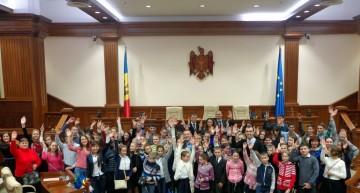 Tinerii din Orhei aflați în vizită la Parlamentul R. Moldova, au votat cu entuziasm, în mod simbolic, Unirea cu România, asemeni deputaților Sfatului Țării din 1918