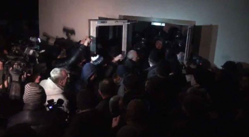Live! Breaking News! Parlamentul R. Moldova luat cu asalt de demonstranți!
