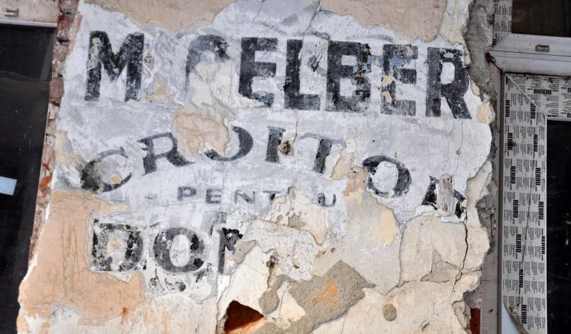 Istoria strigă de sub tencuială. O inscripție veche românească a ieșit la iveală de sub fațada unei clădiri din Cernăuți