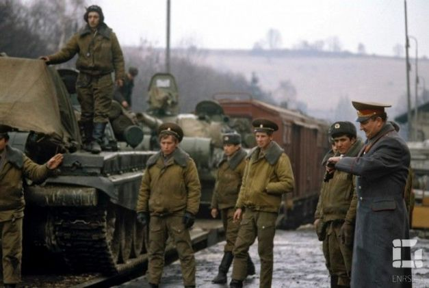 Militari sovietici deplasează tehnica de luptă (1989)