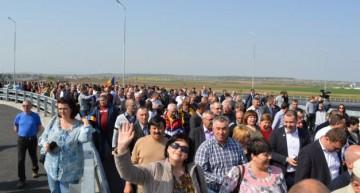 Video:Primul sens giratoriu suspendat, proiect de anvergură, unic în România, inaugurat cu o Hora Unirii a primarilor din R. Moldova