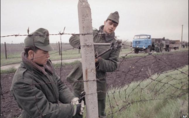Militarii maghiari înlătură gardul de la frontiera ungaro-austriacă 1989