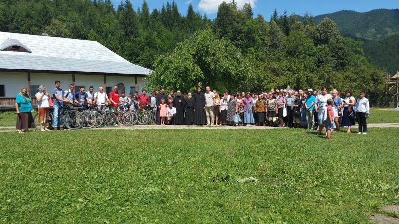 SPORTIVII și cei 54 de enoriași din localitatea Brusturoasa sosiți cu microbuzele
