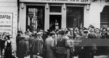 Septembrie 1939. Guvernul, președintele Poloniei și o parte a armatei poloneze trec granița în România, fiind primiți la Cernăuți