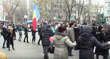 """Foto/Video: Sute de liceeni și persoane în vârstă au încins """"Hora Unirii"""" la Liceul """"Gh.Asachi"""" din Chișinău"""
