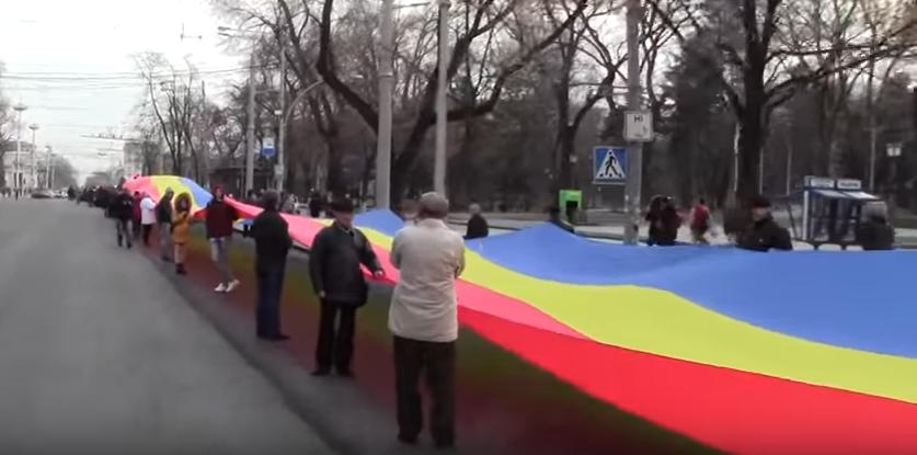 Video: De Ziua României, pe străzile din Chișinău a fost întins un tricolor imens la care s-a lucrat timp de două luni