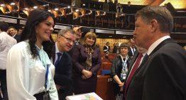 Surpriză la Consiliul Europei! Klaus Iohannis a primit, miercuri, la Strasbourg, harta României Mari!