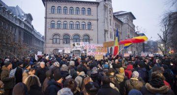 Mii de persoane protestează în marile orașe din România împotriva grațierii și amnistiei. Klaus Iohannis, la Universitate!