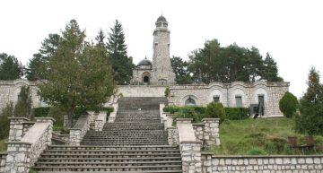 Semnal! Mausoleul Eroilor de la Mateiaș unde sunt depuse osemintele a peste 2000 de soldați căzuți în Primul Război Mondial, supus unui atac mai puțin obișnuit