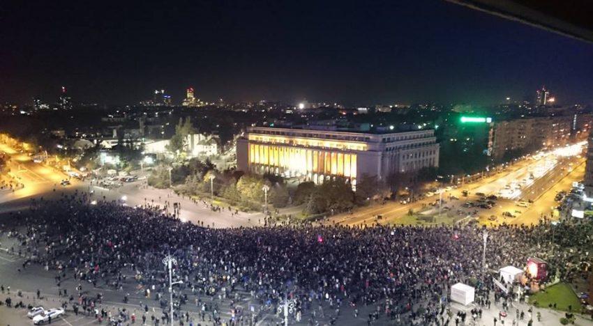 Live! Guvernul României luat cu asalt! Zeci de mii de persoane sunt în Piața Victoriei la fel și în alte orașe din țară! Se cere demisia guvernului pentru deciziile privind grațierea unor pedepse