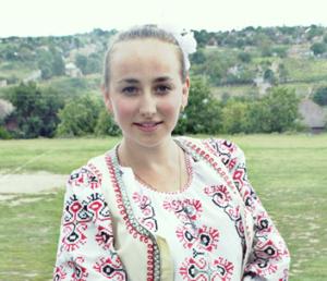 """Tânără româncă  din Ismail, regiunea Odesa:  """"…nu suntem o pleavă mânată de vânt, o buruiană rătăcită pe o margine de drum, o viță ajunsă fără strugure și fără rădăcină. Suntem un popor!"""""""