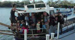 VIDEO: O barcă plină cu refugiați a ajuns pe plaja de la 2 Mai