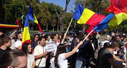 Foto-Video: Protest la Ambasada Ucrainei. Salvați școlile românești din Ucraina! Români sunt solidari cu cei 500 000 de conaționali, în fața ambasadei Ucrainei din București