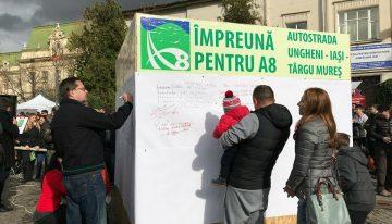 Lanţ uman pentru a atrage atenţia asupra necesităţii construirii autostrăzii Ungheni-Iasi-Targu Mureş