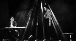 Premieră pe scena românească. Pianul și pantomima, îngemănate inteligent, minuțios și explorate artistic, în spectacolul The Fly