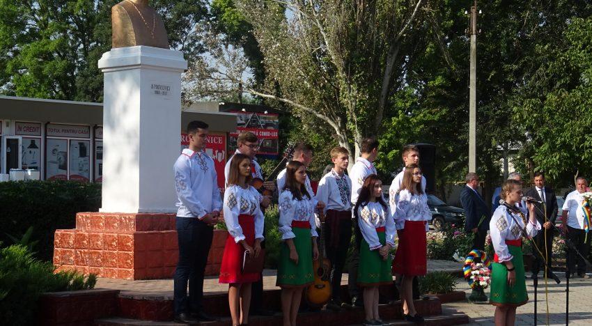 FOTO-Ziua-Limbii-Romane-la_bustul_lui_Alexei-Mateevici_CAUSENI_Republica-Moldova