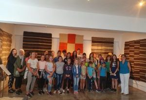 Ministrul Natalia-Elena Intotero i-a însoțit pe copiii din tabăra ARC de la Căprioara în vizită la un muzeu unic în estul Europei