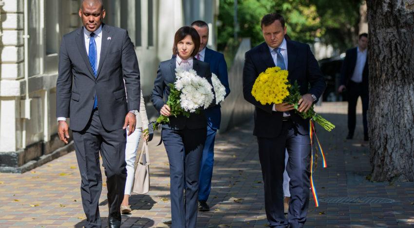 Foto / Prim-ministrul Republicii Moldova – Maia Sandu a depus flori în memoria victimelor atentatelor teroriste din 11 septembrie 2001
