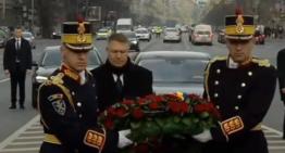 Video: Președintele Klaus Iohannis a depus o coroană de flori la Troița Eroilor din Piaţa Universităţii